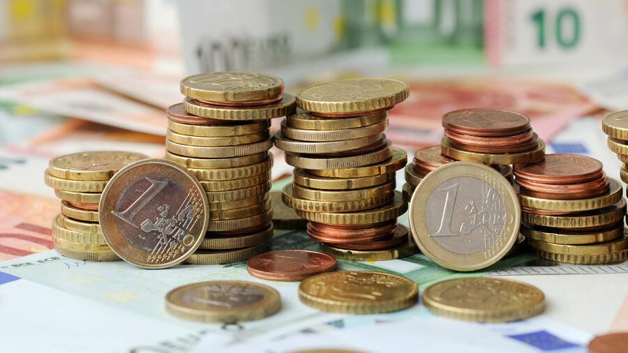 Junge Menschen sparen jeden dritten Euro