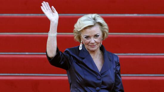 huGO-BildID: 19404577 Liz Mohn, deputy chairperson of the board of the Bertelsmann foundation, waves as she arrives at a ceremony to mark the 175th anniversary of the Bertelsmann publishing house at the Schauspielhaus concert hall in Berlin, September 16, 2010. REUTERS/Fabrizio Bensch (GERMANY - Tags: ENTERTAINMENT MEDIA) Quelle: Reuters