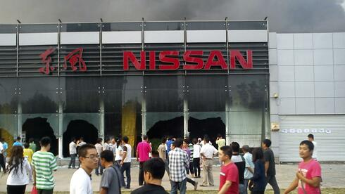 Anti-Japan-Demonstranten zerstören ein Nissan-Autohaus in Qingdao. Quelle: Reuters