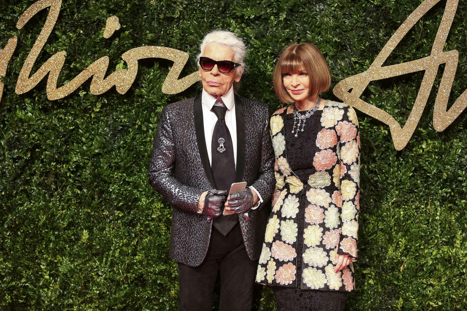 "Modedesigner Karl Lagerfeld trifft Anna Wintour, Chefredakteurin der amerikanischen Zeitschrift ""Vogue"" auf dem roten Teppich der ""British Fashion Awards"" im Theatergebäude ""London Coliseum"". Quelle: AFP"