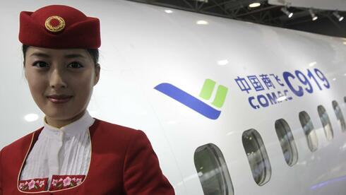 Eine Stewardess der Commercial Aircraft Corporation of China - kurz Comac: Angriff auf Boeing und Airbus. Quelle: dpa
