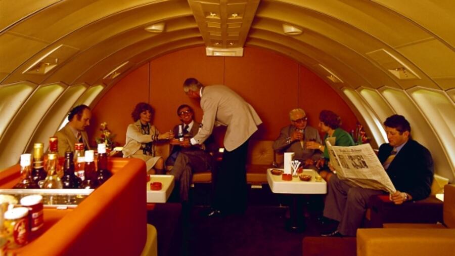 """1f9a5f06f53f3 Das Oberdeck einer Lufthansa Boeing 747-130 (""""Jumbo Jet"""") Mitte der"""