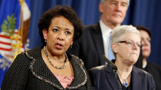 WASHINGTON, DC - JANUARY 11: Attorney General Loretta Lynch announces a settlement with Volkswagen in their emissions controversy at the Justice Department on January 11, 2017 in Washington, DC. Volkswagen will pay a penalty of $4.3 billion dollars. Aaron P. Bernstein/Getty Images/AFP == FOR NEWSPAPERS, INTERNET, TELCOS & TELEVISION USE ONLY == Quelle: AFP; Foto: Yuri Gripas
