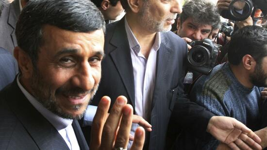 huGO-BildID: 20986801 Iranian President Mahmoud Ahmadinejad, waves to the media as he leaves the parliament after he submitted next year's budget bill, in Tehran, Iran, Sunday, Feb. 20, 2011. (Foto:Vahid Salemi/AP/dapd) Quelle: dapd