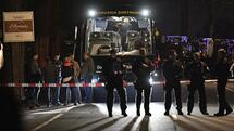 FILE - In this April 11, 2017 file photo police officers stand in front of Dortmund's damaged team bus after explosions which injured two people before the Champions League quarterfinal soccer match between Borussia Dortmund and AS Monaco in Dortmund, western Germany. (AP Photo/Martin Meissner, file) Quelle: AP