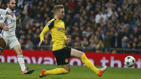 Dortmund's Marco Reus, right, scores his side's 2nd goal during the Champions League, Group F, soccer match between Real Madrid and Borrusia Dortmund at the Santiago Bernabeu stadium in Madrid, Spain, Wednesday, Dec. 7, 2016. (AP Photo/Francisco Seco) Quelle: AP