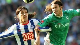 Marko Pantelic (l.) im Kopfballduell mit Torsten Frings. Foto: Bongarts/Getty Images Quelle: SID