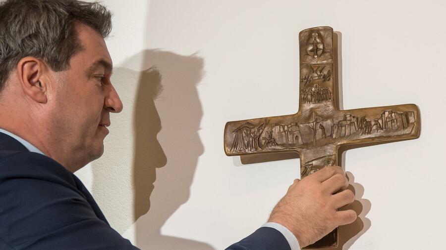 Bayern zwingt Behörden das Kreuz auf