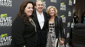 Culver City: Viacom-Chef Philippe Dauman posiert mit seiner Frau Debbie (rechts) und der Schauspielerin Melissa McCarthy auf dem roten Teppich bei den MTV Movie Awards in Kalifornien. Quelle: Reuters