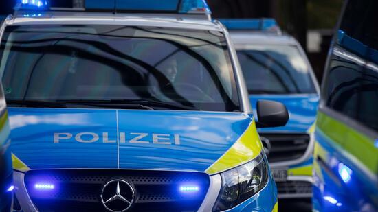Mann sticht wahllos auf Passanten ein: Polizei fasst Verdächtigen