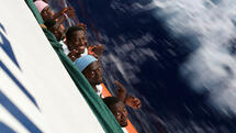 Migrants smile on the MV Aquarius rescue ship after being rescued by SOS Mediterranee organisation during a search and rescue (SAR) operation in the Mediterranean Sea, off the Libyan Coast, September 15, 2017. REUTERS/Tony Gentile Quelle: Reuters
