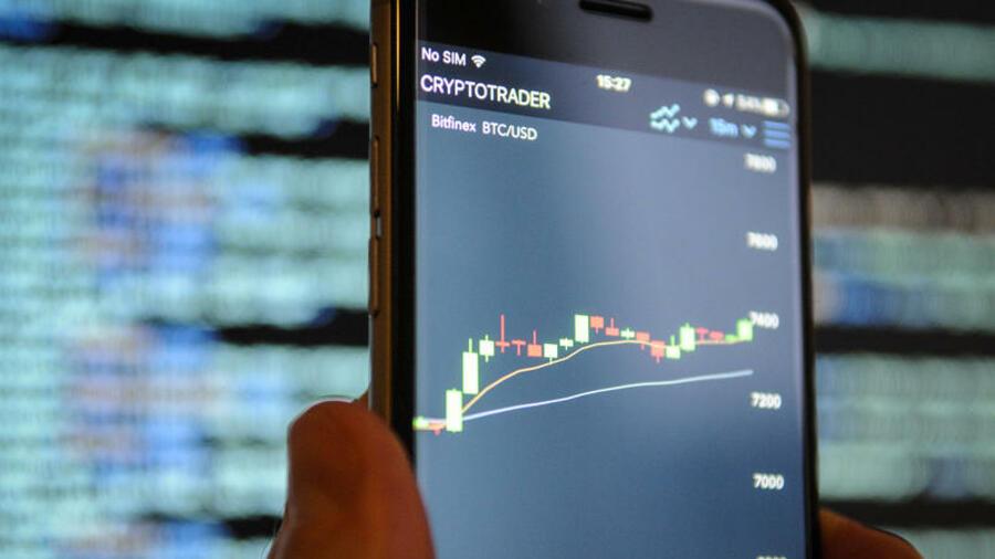 Im Gegensatz zum Handel mit Aktien und Wertpapieren, ist der Handel mit Kryptowährungen entgegen landläufiger Meinung kein Gewinn aus Kapitalerträgen. Es handelt sich hier, zumindest im Fall von Privatanlegern, um einen privaten Veräußerungsgewinn.