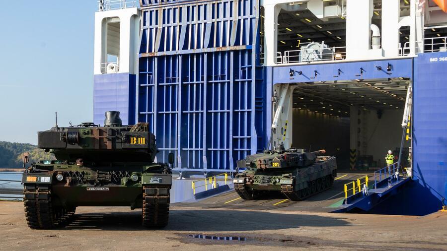 """Leopard-2-Panzer der Bundeswehr fahren nach der Verschiffung für das Großmanöver der Nato """"Trident Juncture"""" vor dem RoRo-Schiff. Mit dem Manöver will die Nato vom 25. Oktober an für den sogenannten Bündnisfall trainieren. Quelle: dpa"""