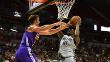 Jul 16, 2017; Las Vegas, NV, USA; Dallas Mavericks forward Dorian Finney-Smith (10) shoots against the defense of Los Angeles Lakers forward Travis Wear (21) during an NBA Summer League playoff game at Thomas & Mack Center. Mandatory Credit: Stephen R. Sylvanie-USA TODAY Sports Quelle: USA Today Sports