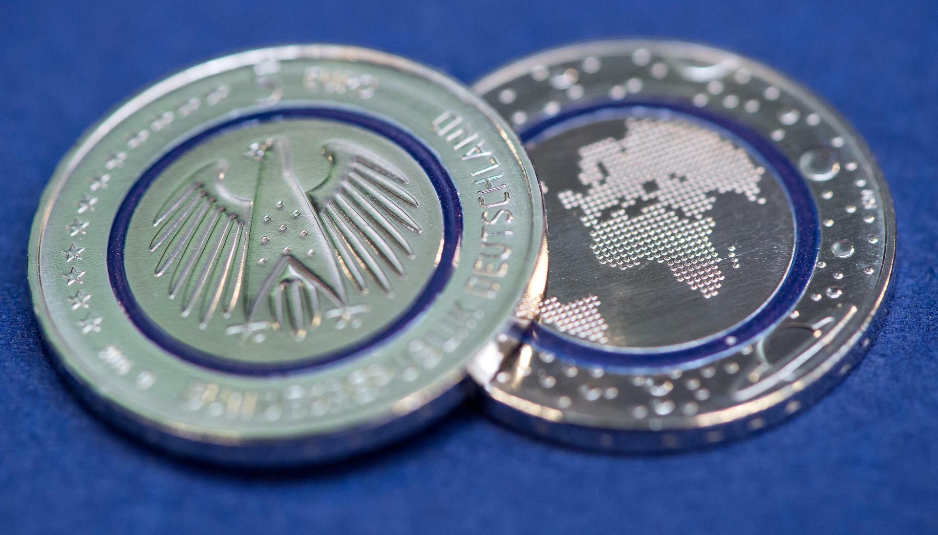 Fünf Euro Münze Blauer Planet Erde Sieht Aus Wie Star Wars