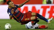 Barcelona's Neymar is tackled by Sevilla's Ever Banega during the final of the Copa del Rey soccer match between FC Barcelona and Sevilla FC at the Vicente Calderon stadium in Madrid, Sunday, May 22, 2016. (AP Photo/Francisco Seco) Quelle: AP