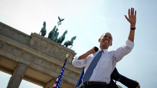 huGO-BildID: 31639927 QUALITY REPEAT - US President Barack Obama waves after he deliverd a speech to invited guests in front of Brandenburg Gate at Pariser Platz in Berlin, Germany, 19 June 2013. Photo: Michael Kappeler/dpa +++(c) dpa - Bildfunk+++ Quelle: dpa