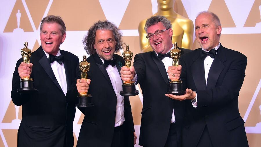 """Gerd Nefzer mit seinen Kollegen Richard R. Hoover, Paul Lambert und John Nelson zeigen stolz ihre Oscars. Das Team erhielt für seine Arbeit im Hollywood Streifen """"Blade Runner 2049"""" die Auszeichnung für beste visuell"""