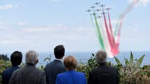 Participants of the G7 Summit watch an Italian flying squadron as part of activities at the G7 Summit in Taormina, Sicily, Italy, May 26, 2017. REUTERS/Stephane De Sakutin/Pool Quelle: Reuters