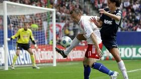 Pedro Geromel (r.) kämpft mit Ivica Olic um den Ball. Foto: Bongarts/Getty Images Quelle: SID