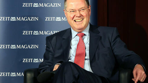 Der Kanzlerkandidat der SPD, Peer Steinbrück, scheint den Hals nicht voll zu bekommen. Quelle: dpa