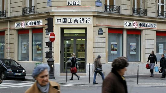 huGO-BildID: 20574349 People walk past the entrance of the Industrial and Commercial Bank of China (ICBC) in Paris January 18, 2011. ICBC will more than double the number of branches in Europe in coming weeks to expand its global footprint. REUTERS/Charles Platiau (FRANCE - Tags: BUSINESS) Quelle: Reuters