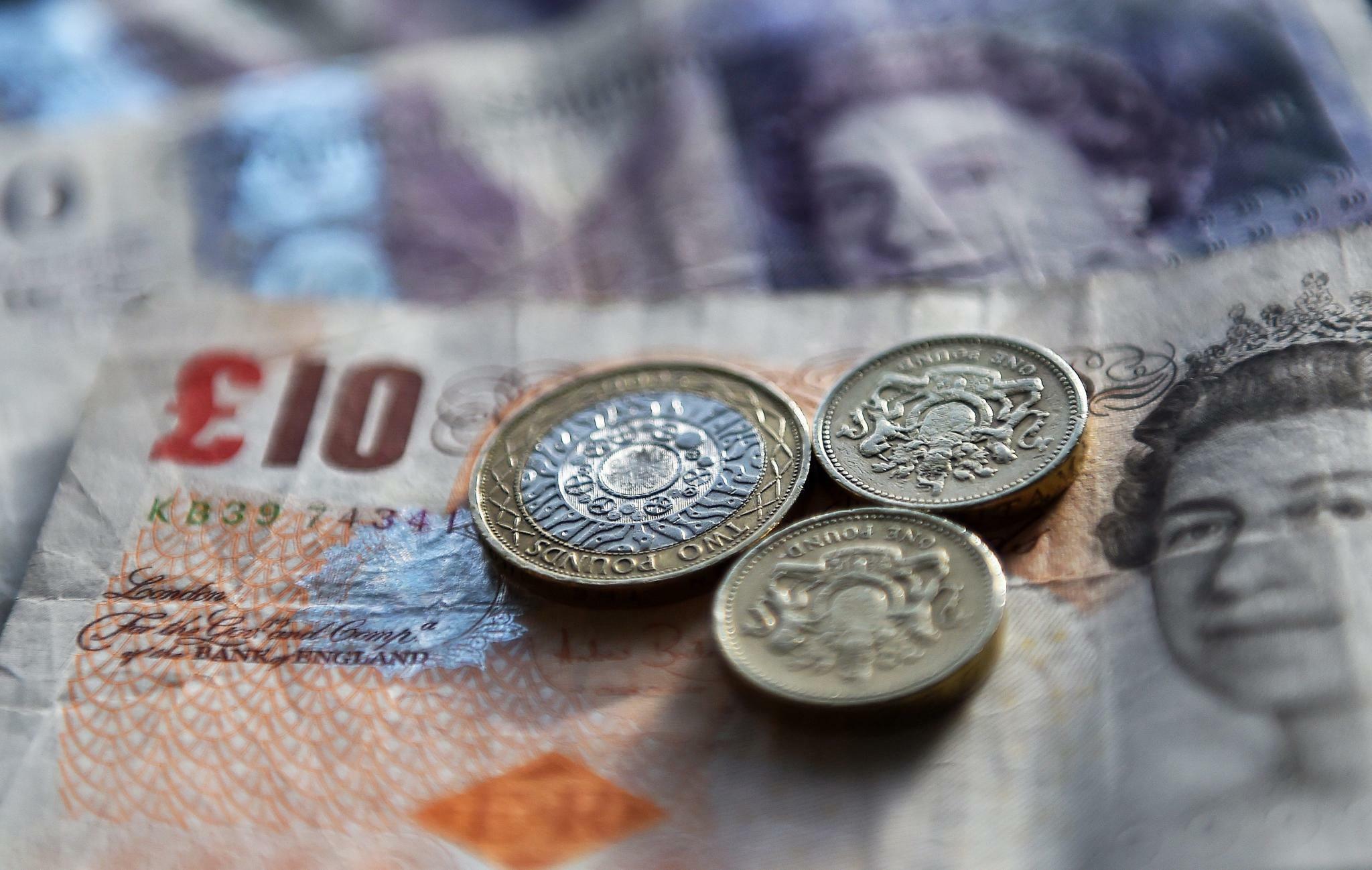 Pfund Sterling gibt wieder leicht nach