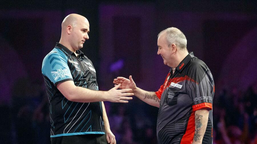 Der Rekordhalter geht in den Ruhestand, ein junger Shootingstar tritt an seine Stelle. Debutant Rob Cross stunned 16-time world champion Phil Taylor in the World Championship final on January 1, 1018, after beating him 7-2. / AFP PHOTO / AFP PHOTO AND Tolga Akmen / Tolga Akmen Quelle: AFP