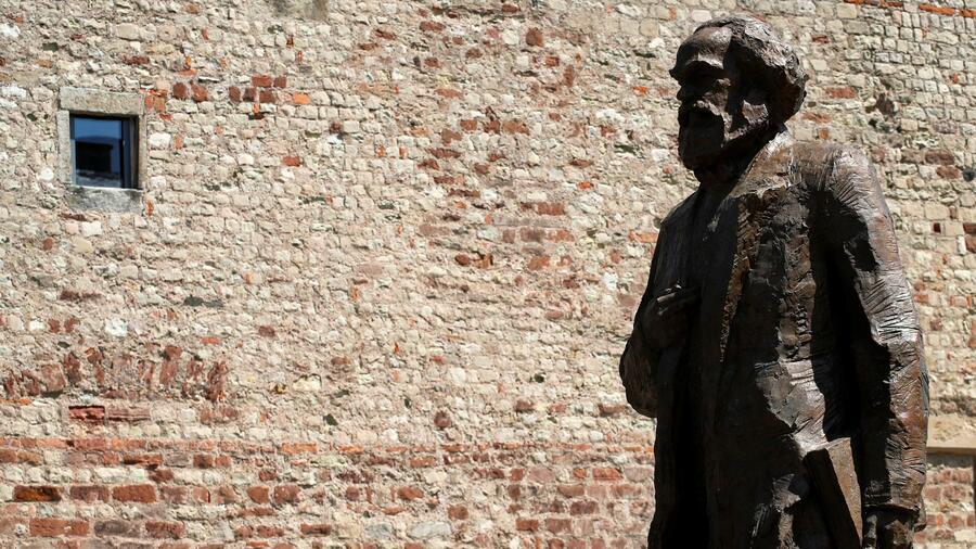 Unbekannte zündeln an Karl-Marx-Statue