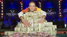 Pius Heinz of Germany poses after beating Martin Staszko of the Czech Republic to win the championship bracelet and $8.7 million in prize money during the World Series of Poker main event at the Rio hotel-casino in Las Vegas, Nevada, November 9, 2011. REUTERS/Las Vegas Sun/Steve Marcus (UNITED STATES - Tags: SOCIETY) Quelle: Reuters