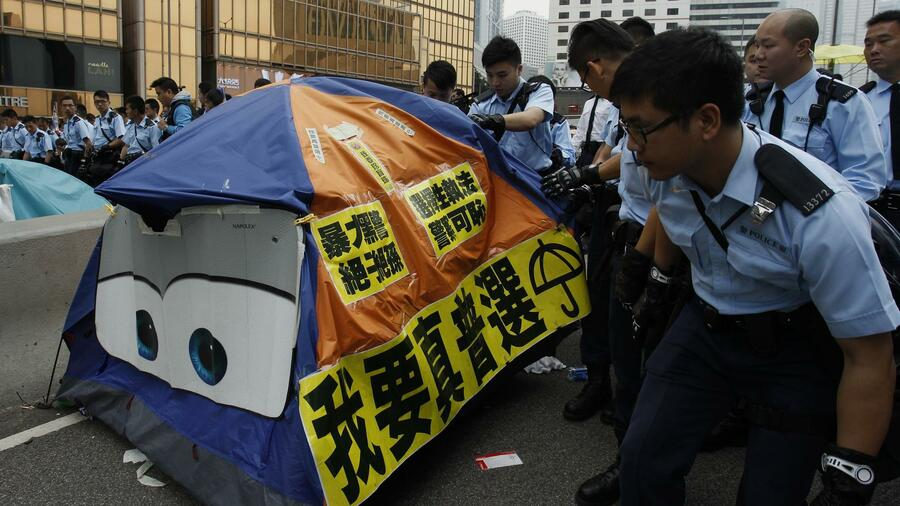 Bald alles weg? Räumung eines Protestcamps in Hongkong. Quelle: Reuters