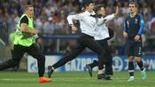 Fußball: Aktivisten von Pussy Riot stören WM-Finale in Moskau - Festnahmen