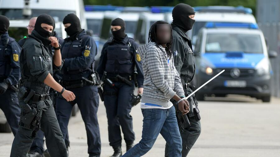 Nach Vorfällen im Problem-Asylheim Ellwangen: Gericht erlaubt Abschiebung