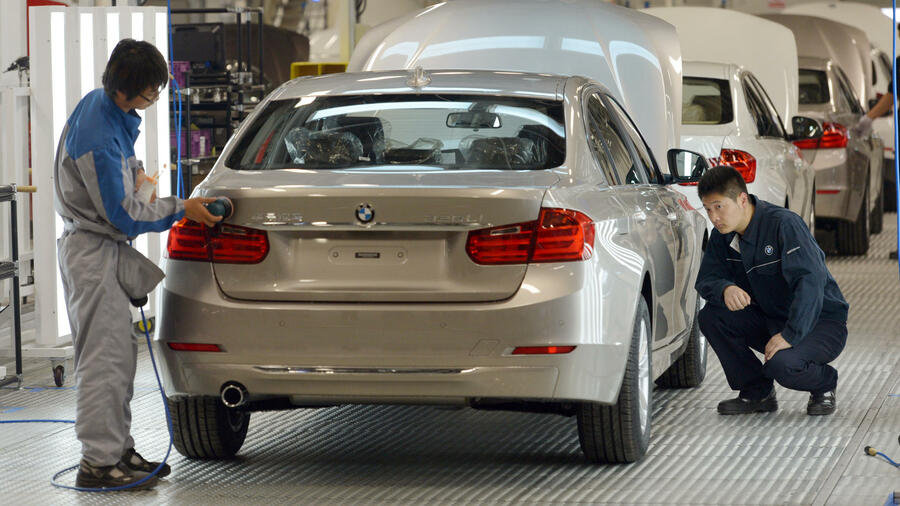Endabnahme eines BMW 320 LI im Oktober 2012 im Fertigungswerk der BMW-Brilliance Automotive in Shenyang-Tiexi, China. Quelle: dpa