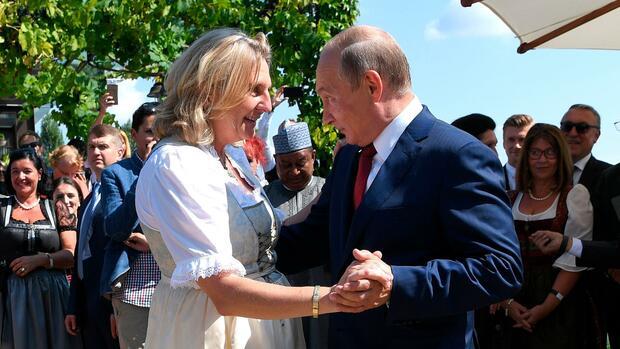 Putin tanzt auf Hochzeit von Österreichs Außenministerin Kneissl