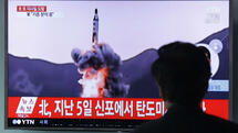 "A man watches a TV showing file footage of a North Korea's ballistic missile at Seoul Railway Station in Seoul, South Korea, Sunday, April 16, 2017. A North Korean missile exploded during launch Sunday from the country's east coast, U.S. and South Korean officials said, a high-profile failure that comes as a powerful U.S. aircraft carrier approaches the Korean Peninsula in a show of force. The letters on the top read ""North Korea, Fire missile."" (AP Photo/Ahn Young-joon) Quelle: AP"