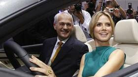 VW in der Model(l)offensive: VW-Manager Jonathan Browning neben Heidi Klum im neuen VW-Cabrio Eos. Quelle: Reuters