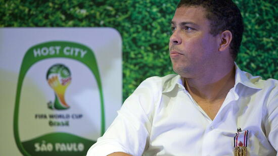 huGO-BildID: 20945963 epa02586474 Brazilian soccer legend Ronaldo is seen after being honored with the Sports Merit medal in Sao Paulo, Brazil, 16 February 2011. Ronaldo was named as a special member of the local organization committee of the Sao Paulo State to host training camps for the FIFA World Cup 2014 in Brazil. EPA/SEBASTIAO MOREIRA +++(c) dpa - Bildfunk+++ Quelle: dpa