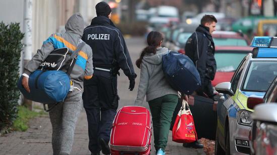 Bamf: Asylbewerber mit unklarer Identität sollen Handys herausgeben
