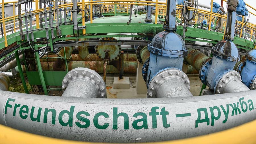 âFreundschaft â Druschbaâ steht auf dem Gelände der PCK-Raffinerie auf der Erdölleitung aus Russland. Die russischen Ãllieferungen über die Pipeline sind gegenwärtig unterbrochen. Quelle: dpa