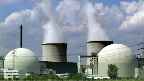 Die beiden Blöcke A und B und die Kühltürme des Blocks B des Atomkraftwerks (AKW) Biblis. Quelle: dapd