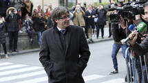 Sacked Catalonian President Carles Puigdemont arrives for a press conference in Brussels, Tuesday, Oct. 31, 2017. Puigdemont arrived in Brussels on Monday, the same day that Spanish prosecutors announced they were seeking rebellion, sedition and embezzlement charges against deposed Catalan officials, including the ex-regional leader. (AP Photo/Olivier Matthys) Quelle: AP