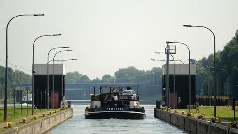 Ein Frachtschiff fährt  aus der Kanalschleuse in Gelsenkirchen (Nordrhein-Westfalen). Ab nächste Woche wollen die Schleusenwärter wieder streiken. Quelle: dpa