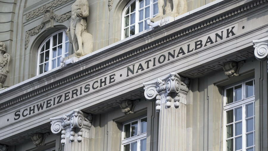 huGO-BildID: 41164743 epa04561148 The Swiss National Bank, SNB, photographed 15 January 2015, in Bern, Switzerland. The Swiss National Bank (SNB) ended the day by abandoning its exchange rate control and cut interest rates to -0.75 to send the franc soaring against the single currency. The Swiss franc rose by almost 30 per cent against the europe after the move shocked global markets. EPA/PETER KLAUNZER +++(c) dpa - Bildfunk+++ Quelle: dpa