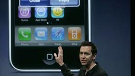 Soctt Forstall von Apple erklärt Software des iPhones. Quelle: Reuters