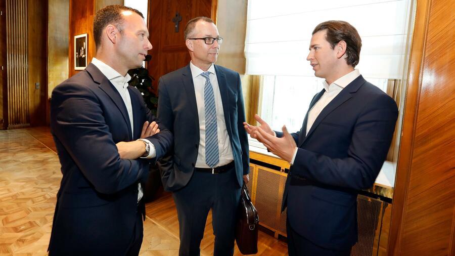 Il cancelliere federale austriaco (a destra) parla con il capo redattore di Handelsblatt Sven Afhüppe (a sinistra) e il direttore degli affari politici Thomas Sigmund.  Fonte: Michael Appelt per Handelsblatt