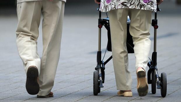 Pflege: Was Verbraucher bei der Pflege von Angehörigen beachten sollten