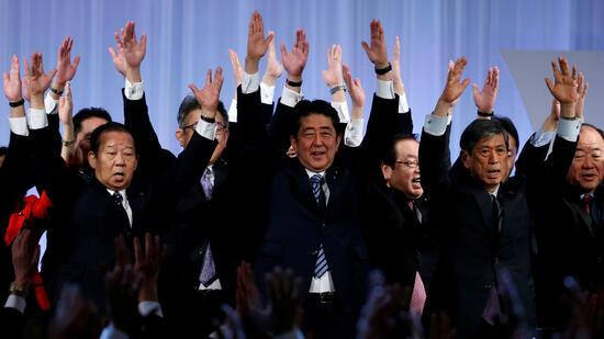 Japans Premier bildet wegen fallender Zustimmung Kabinett um