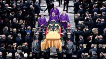 Soldiers carry the coffin of late German Chancellor Helmut Kohl after the requiem in the cathedral of Speyer, southern Germany, Saturday, July 1, 2017. Kohl died June 16, 2017. He was 87. (Arne Dedert/Pool Photo via AP) Quelle: AP