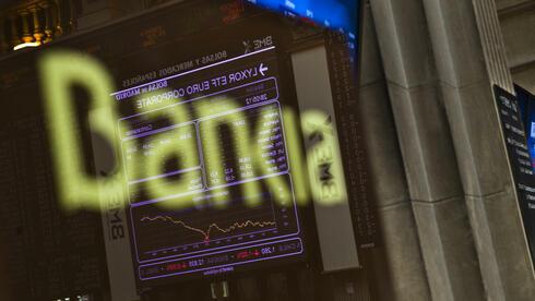 Die Anzeigetafel der Börse Madrid spiegelt sich in einem Bankia-Logo: Die Rettung des Instituts kommt das Land teuer zu stehen. Quelle: dapd